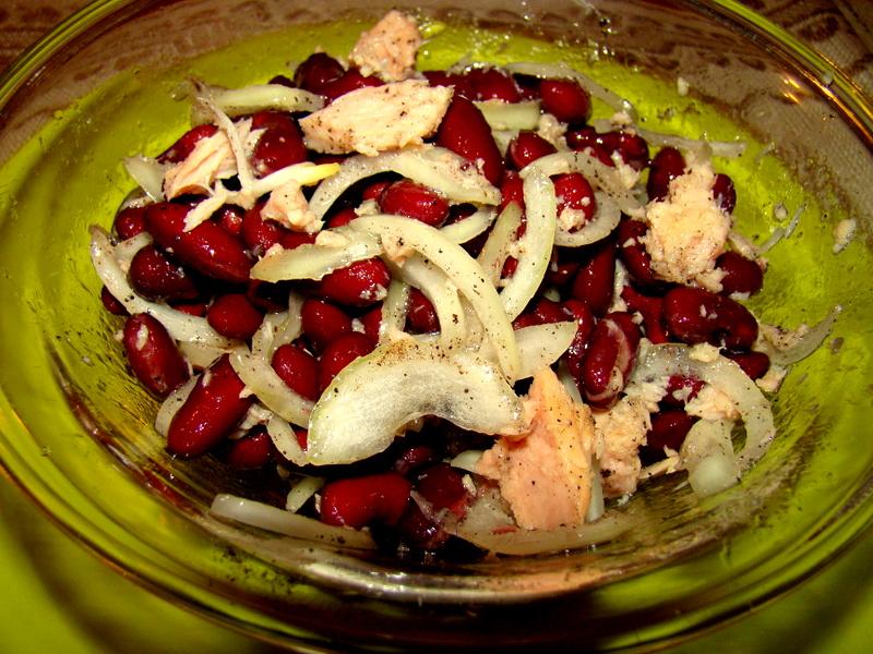 Salata de ton cu ceapa si fasole rosie