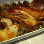 Coaste de porc cu ghebe și ceapă coaptă. La cuptor